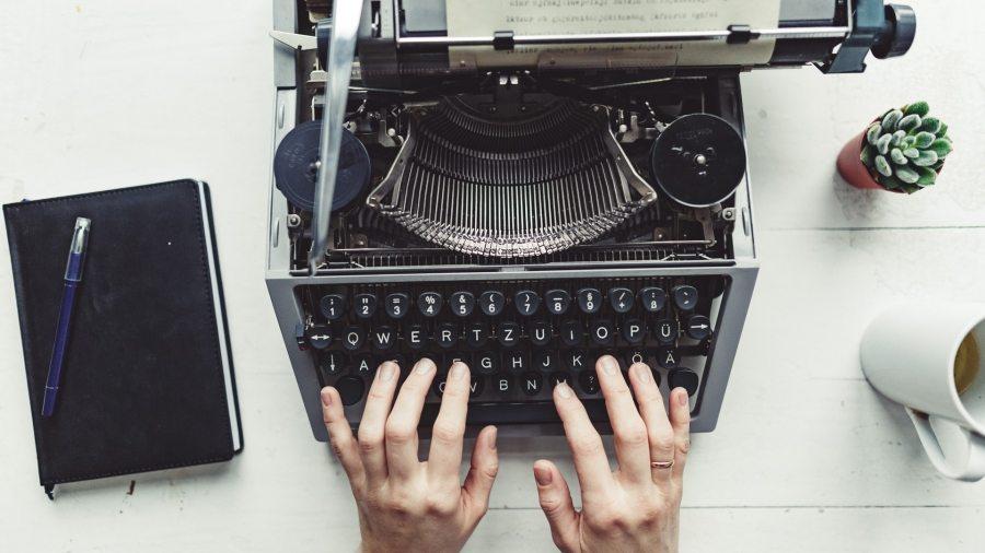writer-typing-with-retro-writing-machine-P8TG9RE