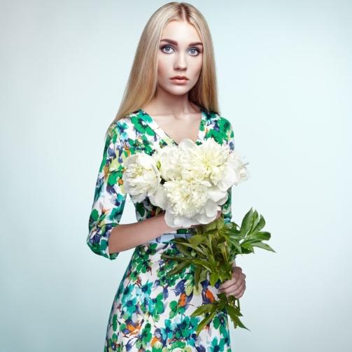 fashion-portrait-of-elegant-woman-with-summer-PZLXJU8