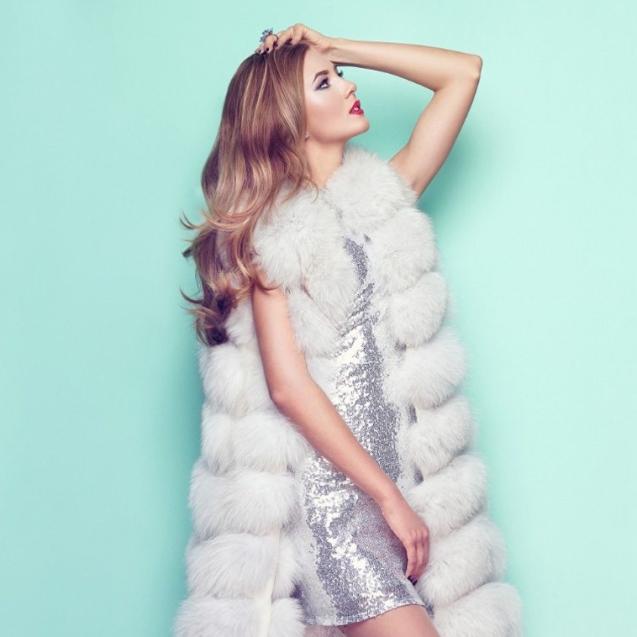 fashion-portrait-young-woman-in-white-fur-coat-P7ALJTH