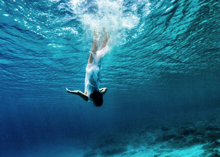 dancing-underwater-PWT6K2M2