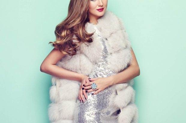 fashion-portrait-young-woman-in-white-fur-coat-PZ74KRU