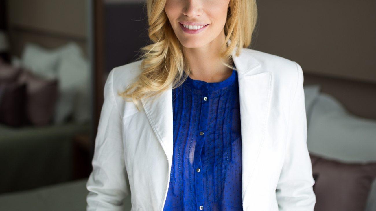 portrait-of-attractive-businesswoman-in-hotel-M2LSR4J
