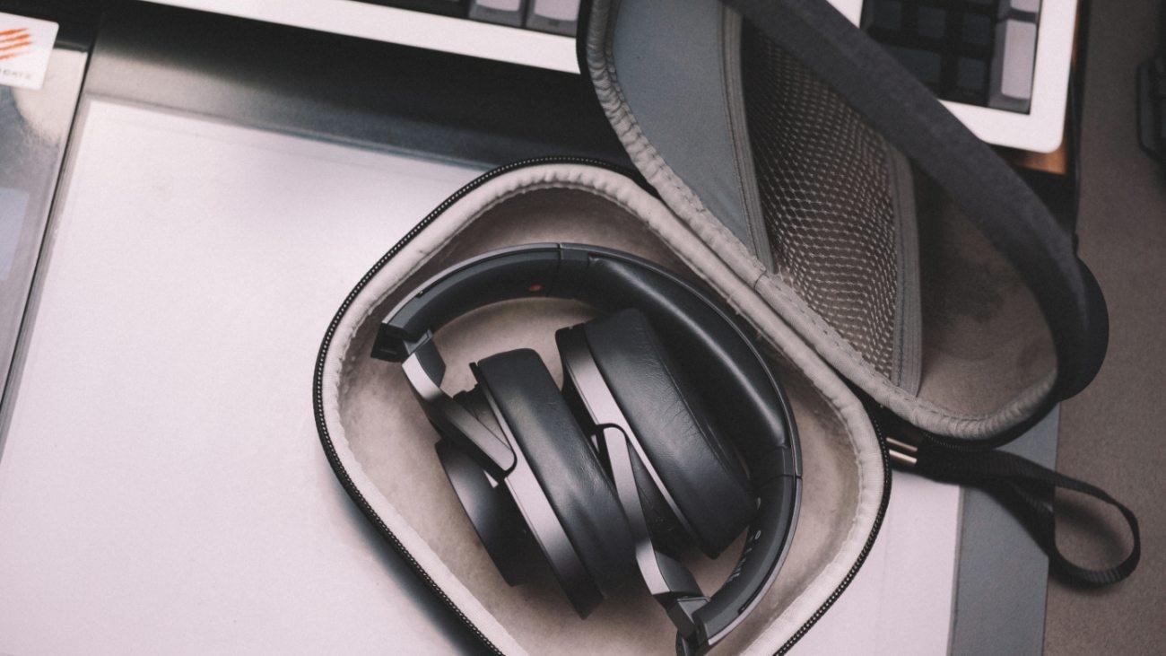 case-electronics-equipment-2080611