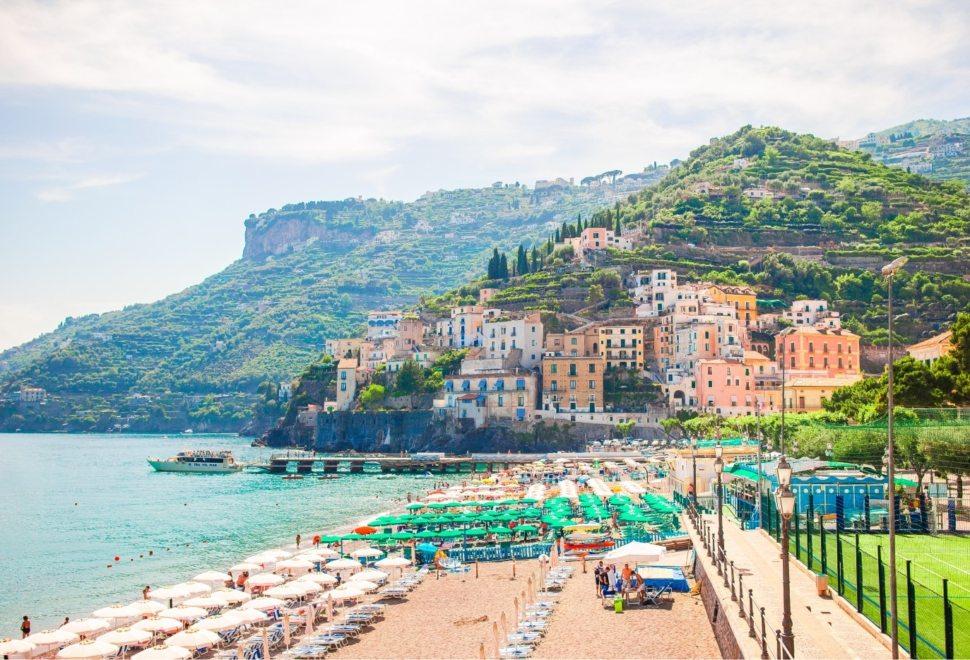 beautiful-coastal-towns-of-italy-scenic-amalfi-M96DQV4